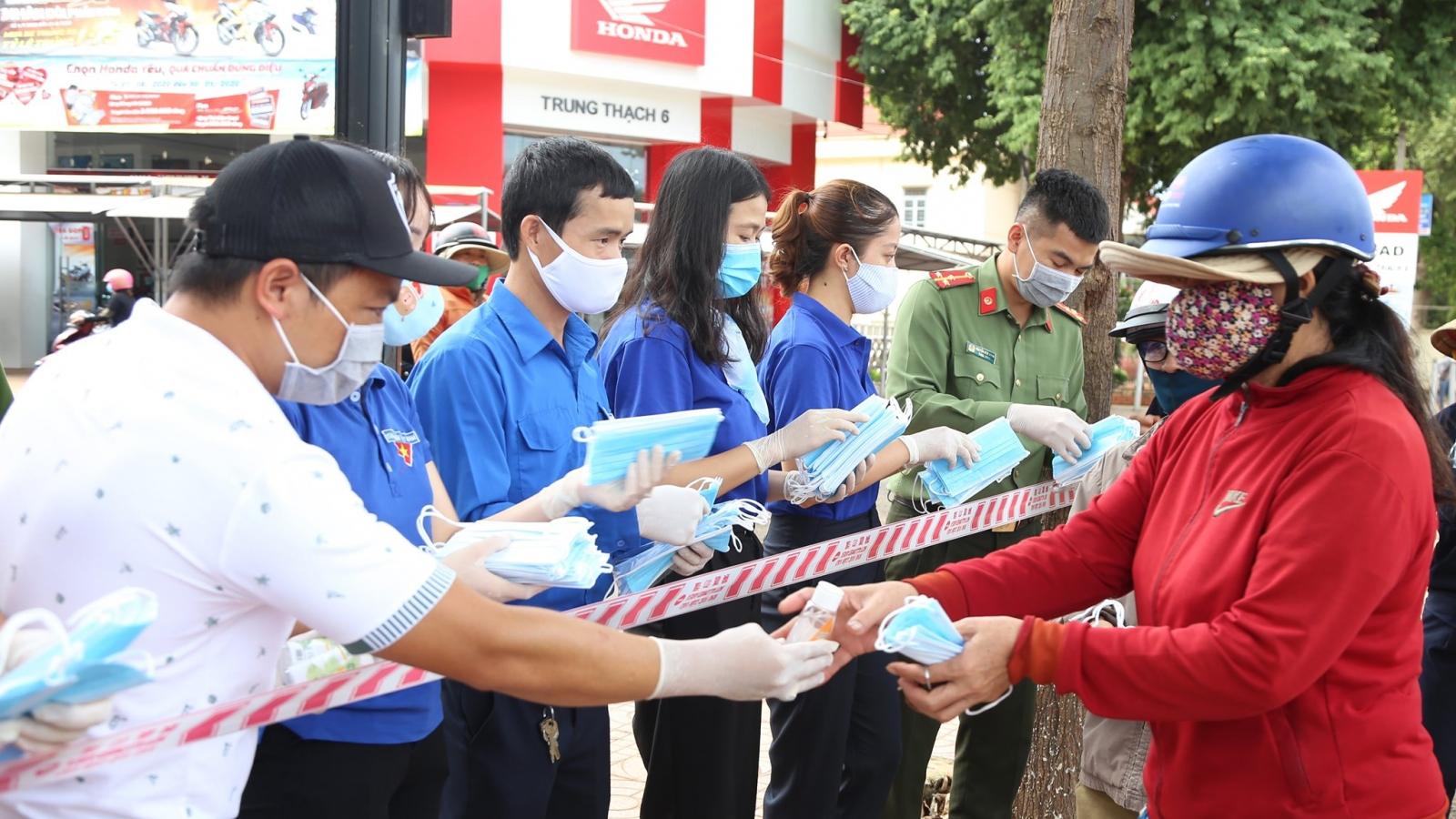 Đắk Lắk phát miễn phí hàng nghìn khẩu trang y tế cho người dân