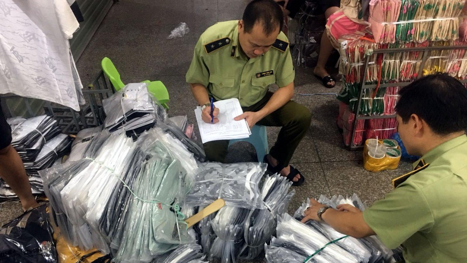 Thu giữ gần 4.700 sản phẩm giả, nhái và nhập lậu tại chợ Ninh Hiệp