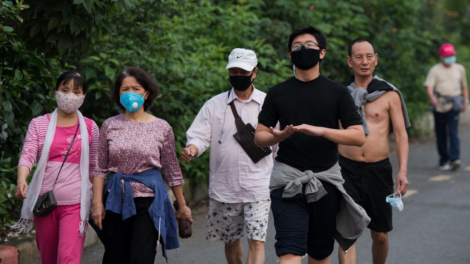 Bất chấp lệnh cách ly, người Hà Nội vẫn tập thể dục ven sông Tô Lịch