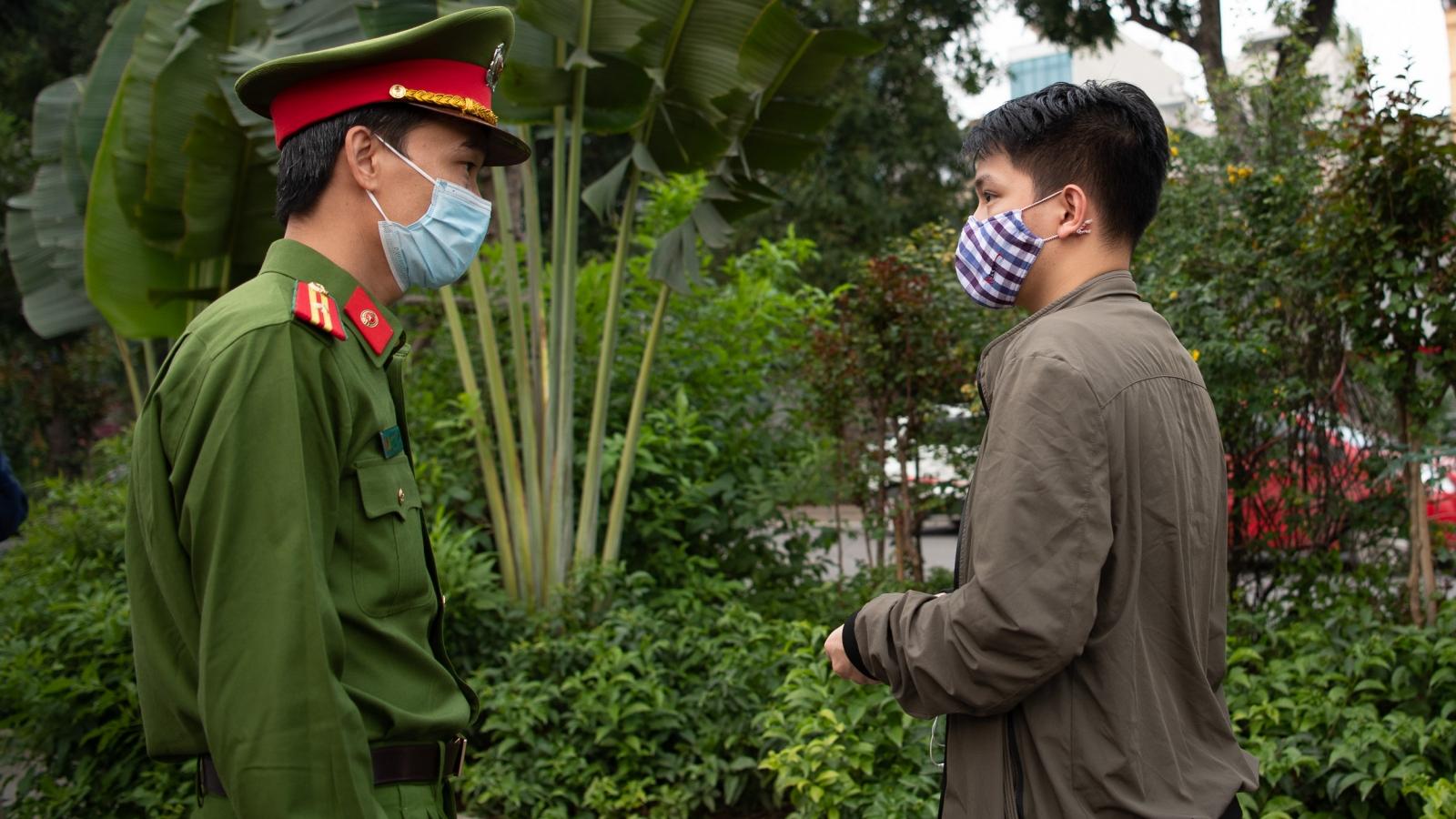 Công an tăng cường nhắc nhở người dân đi tập thể dục ven sông Tô Lịch