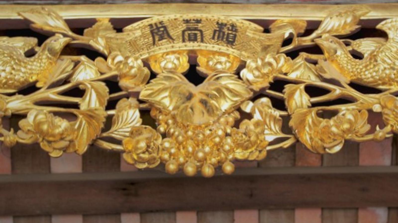 Độc đáo ngôi nhà cổ gần 200 tuổi chứa bảo vật dát vàng tại Hà Nội