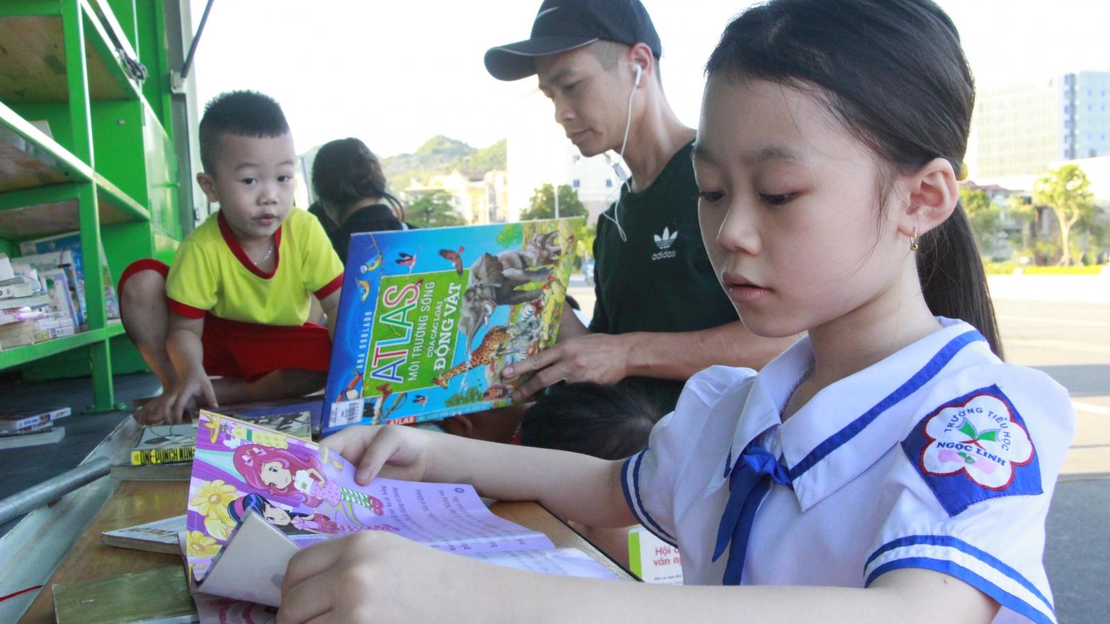 """Triển khai mô hình """"Xe thư viện đa phương tiện lưu động"""" tại Sơn La"""