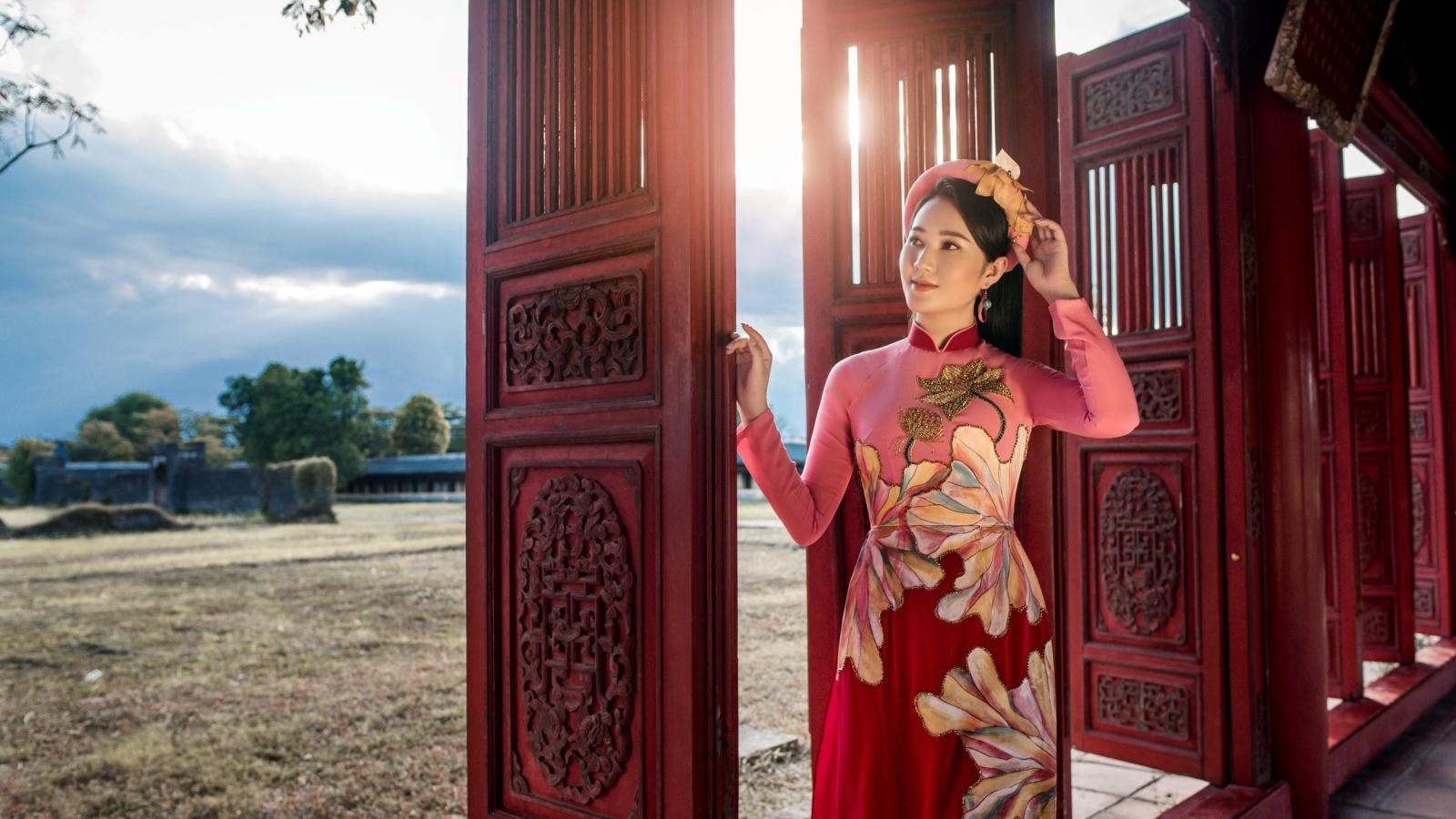 Cô gái có mái tóc đẹp nhất HHVN 2016 đẹp dịu dàng với áo dài tại Đại nội Huế