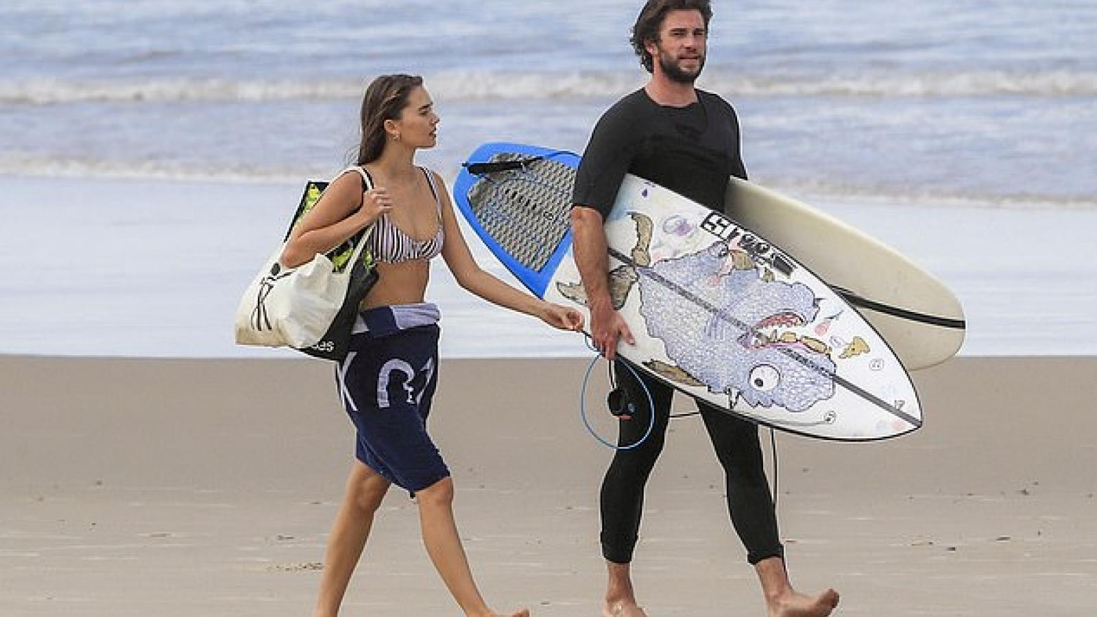 Tài tử Liam Hemsworth và bạn gái xinh đẹp vui vẻ dạo biển