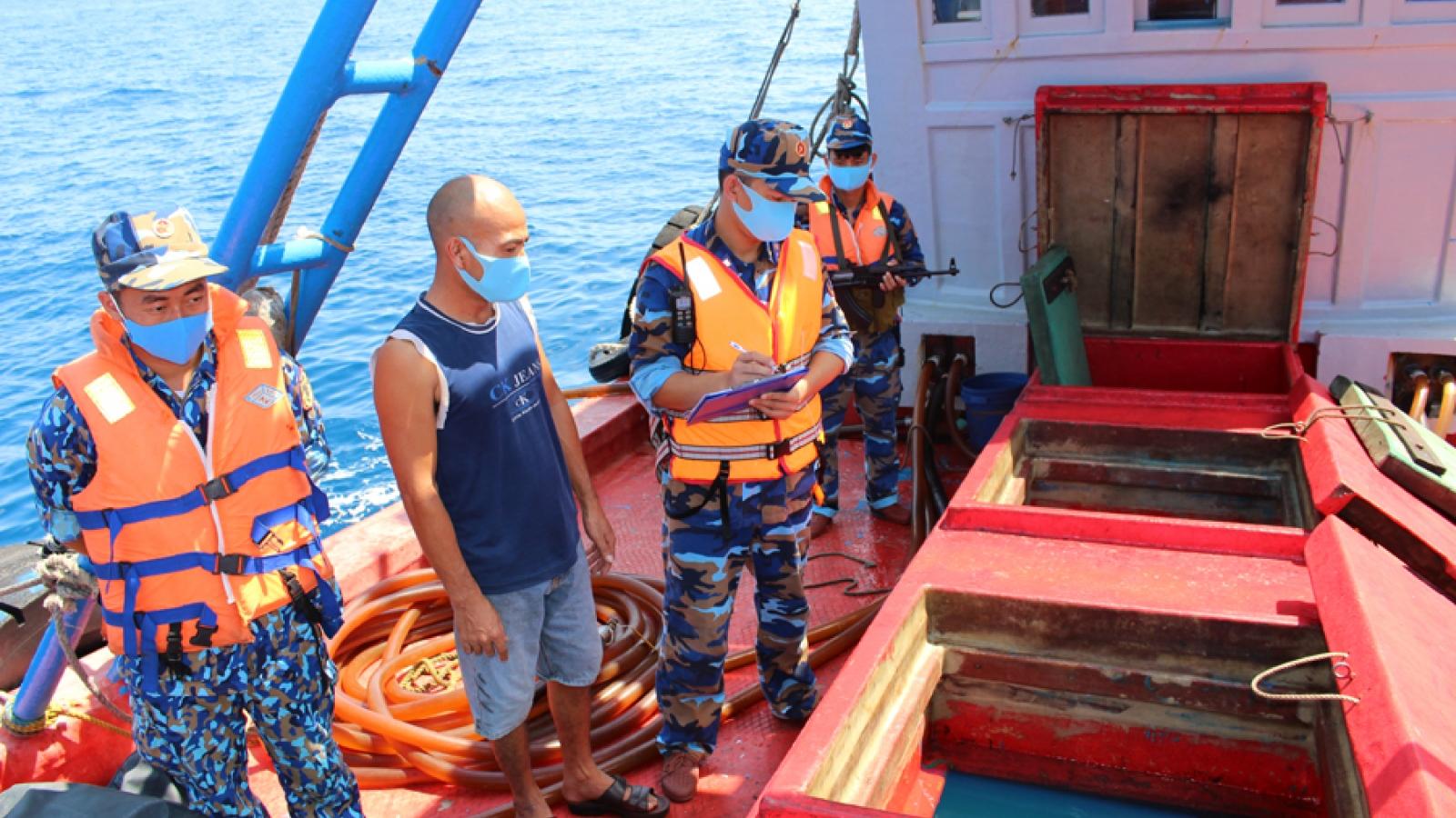 Vùng Cảnh sát biển 4 bắt tàu chở khoảng 50 ngàn lít dầu lậu