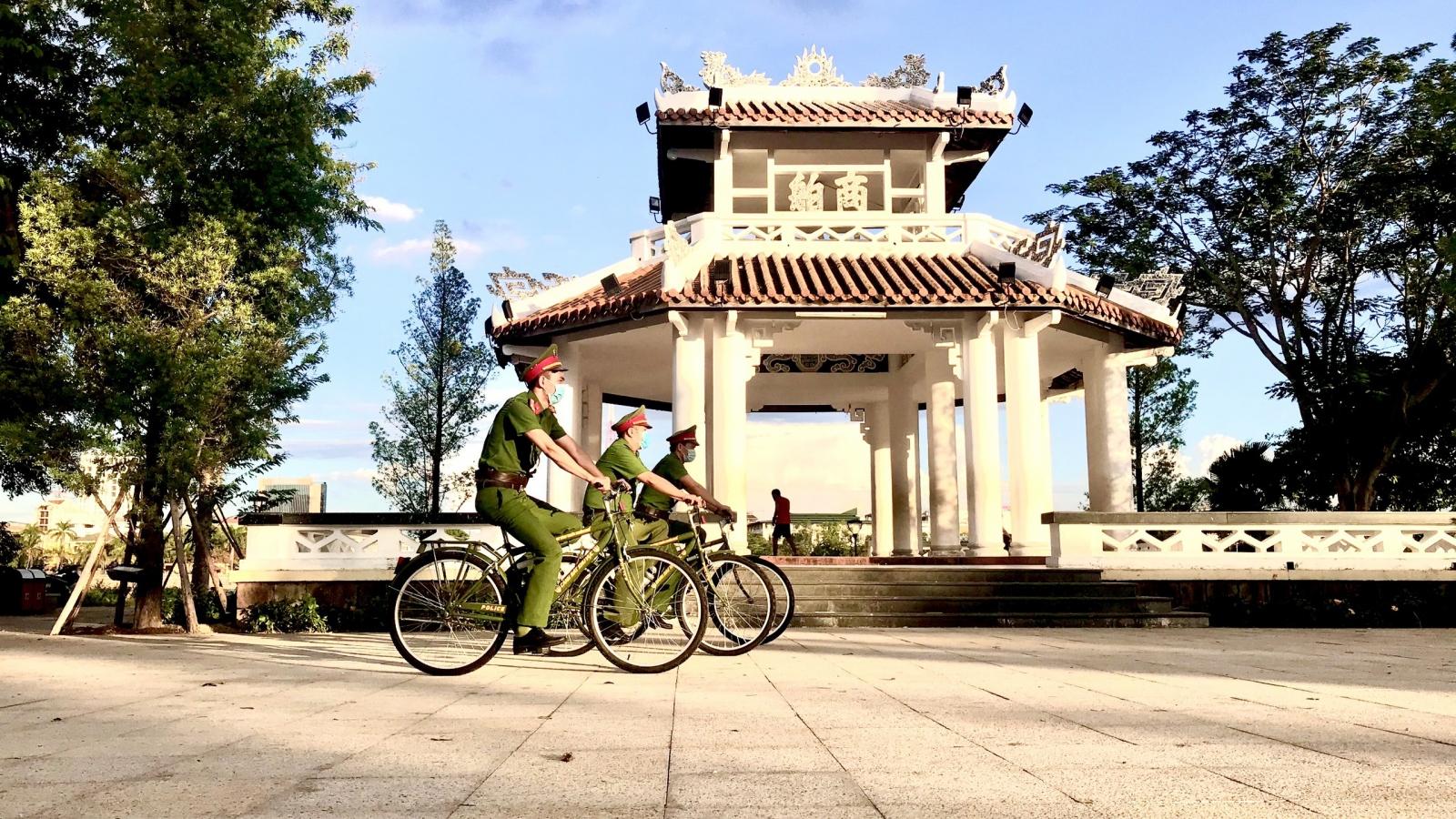 Những chiến sỹ công an đạp xe tuần tra ở Huế