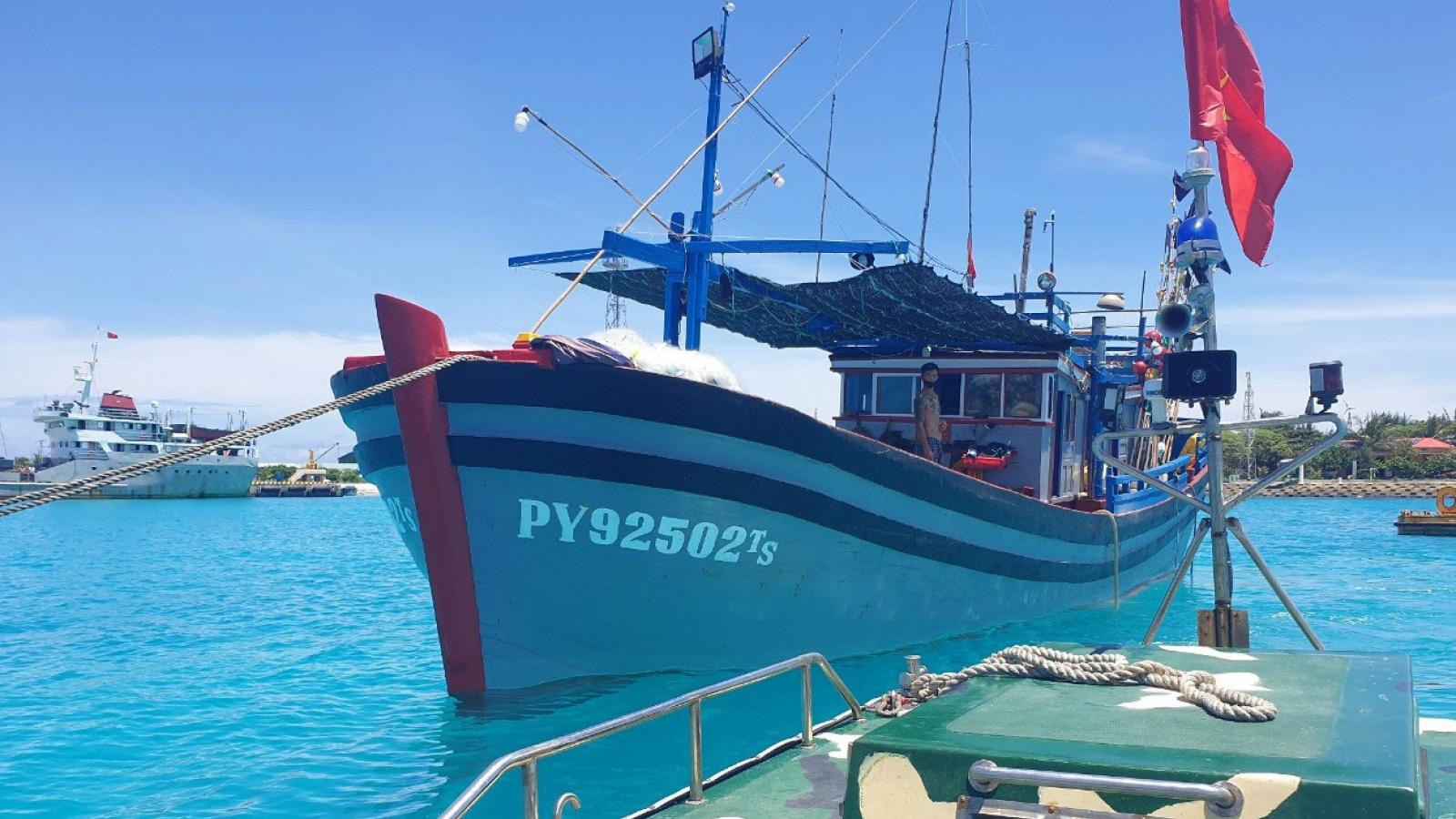 Bộ đội hải quân kịp thời sửa chữa tàu cá gặp nạn gần đảo Sinh Tồn