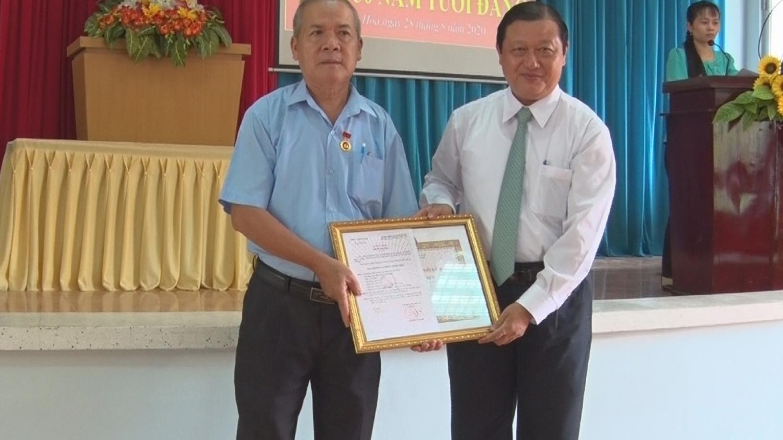 860 đảng viên ở Tiền Giang, Bến Tre được trao tặng Huy hiệu Đảng nhân dịp 2/9
