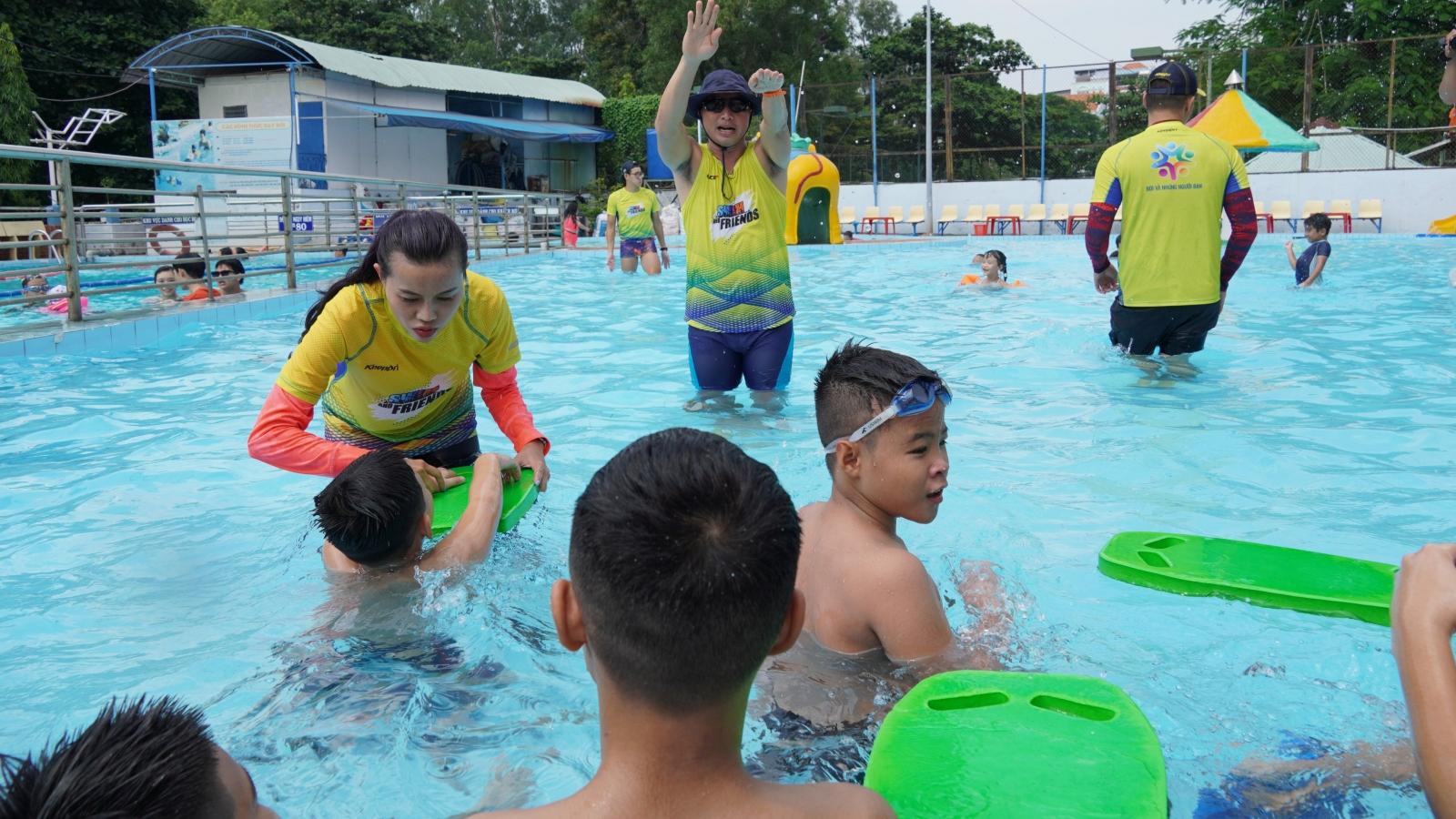 Lớp dạy bơi miễn phí cho trẻ em cơ nhỡ ở TPHCM