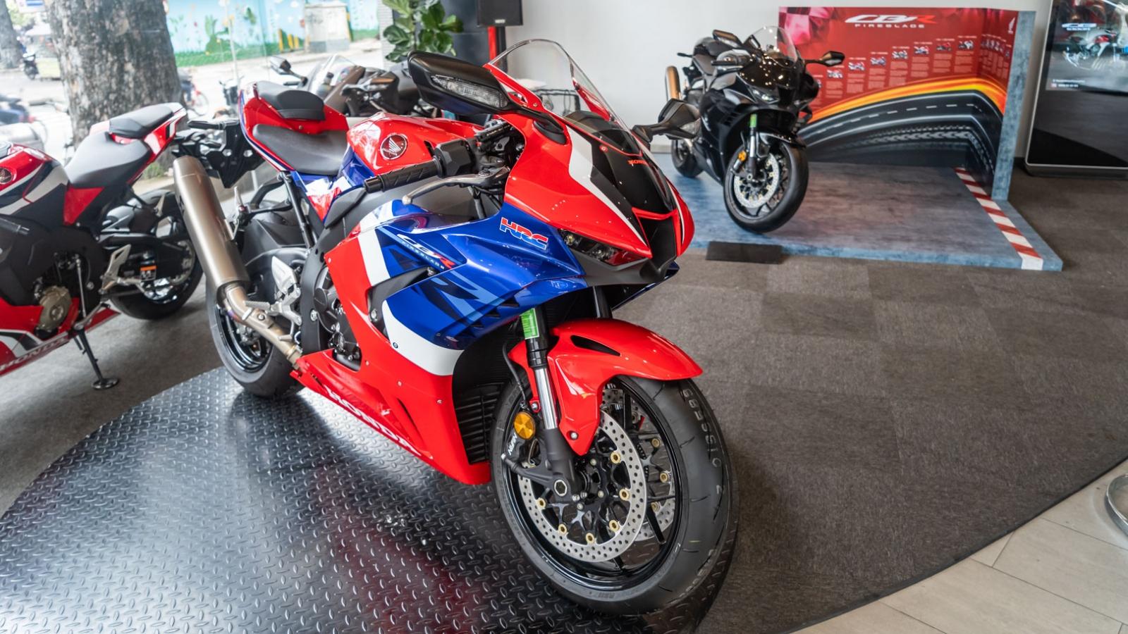 """Chiêm ngưỡng """"siêu mô-tô"""" Honda CBR1000RR-R Fireblade tại Việt Nam"""