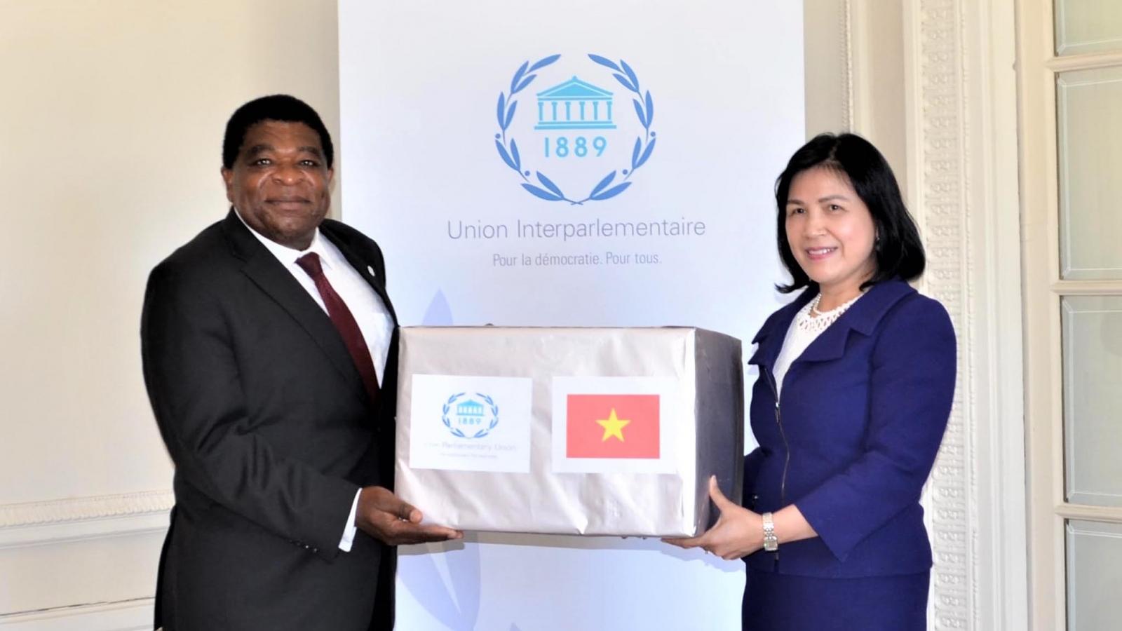 Trao quà khẩu trang y tế Quốc hội Việt Nam gửi tặng Ban Thư ký IPU