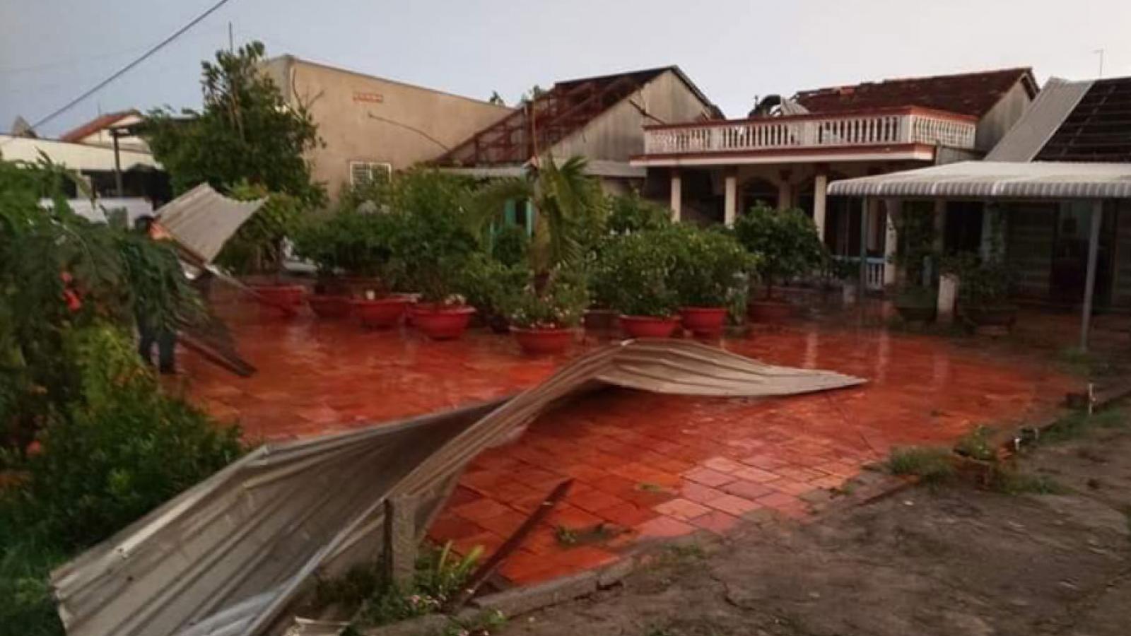 Mưa lớn kèm giông, lốc xoáy làm sập, tốc mái 180 căn nhà ở An Giang