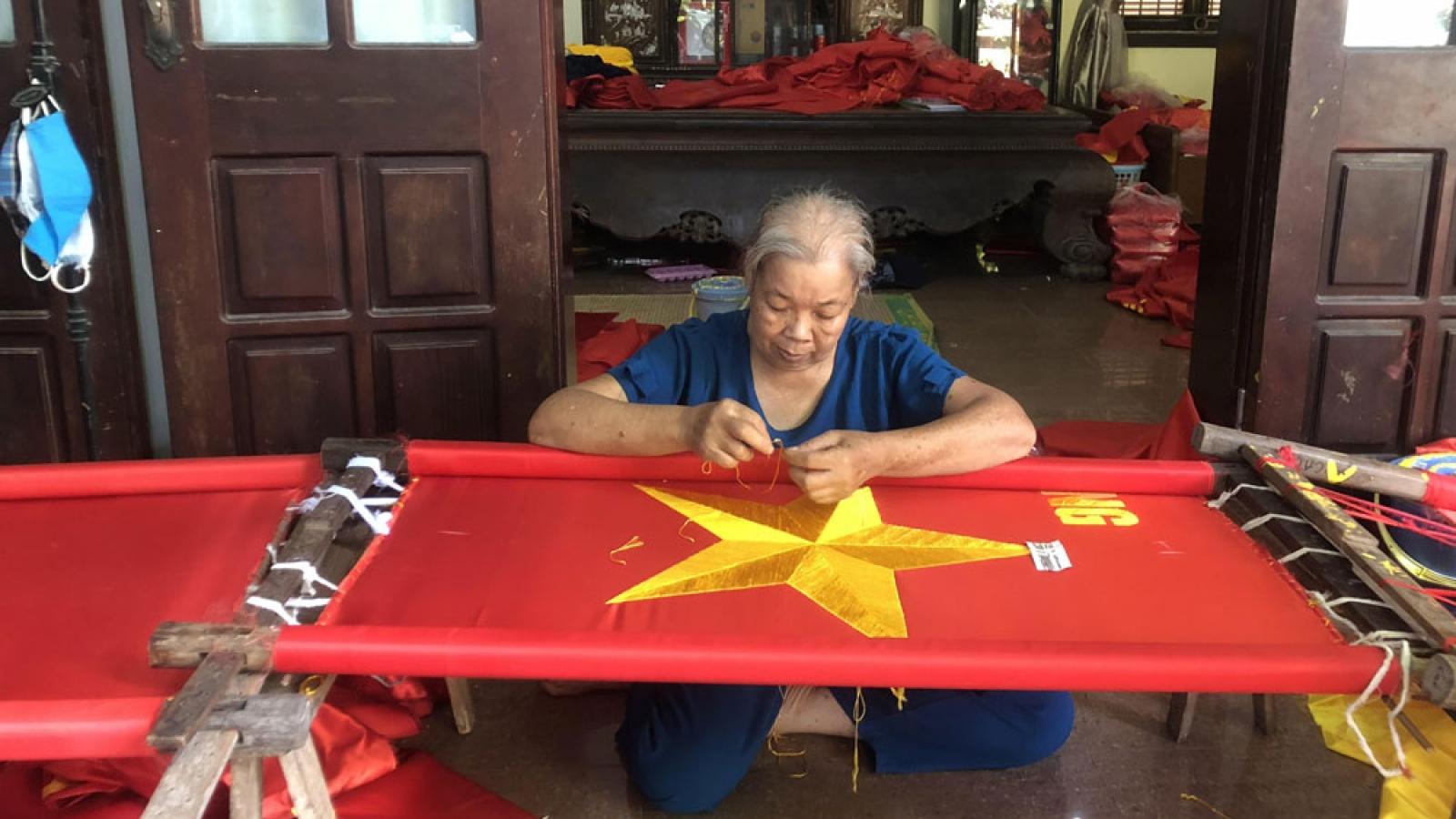 Thăm làng nghề truyền thống chuyên may cờ Tổ quốc
