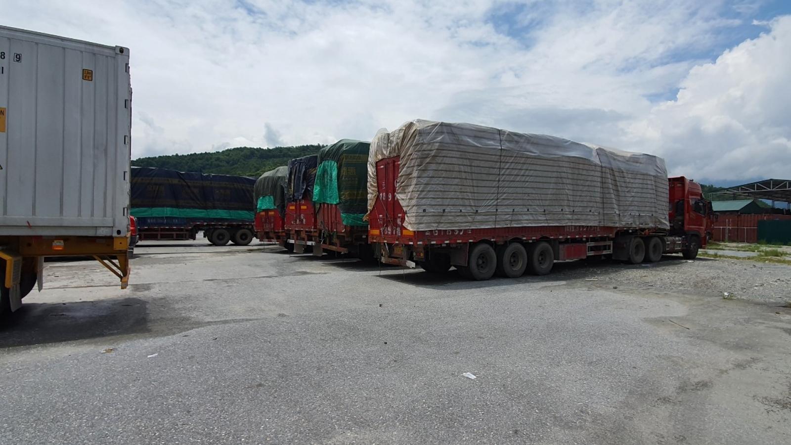 Hơn 100 xe hàng chưa có người nhận tại cửa khẩu Kim Thành, Lào Cai