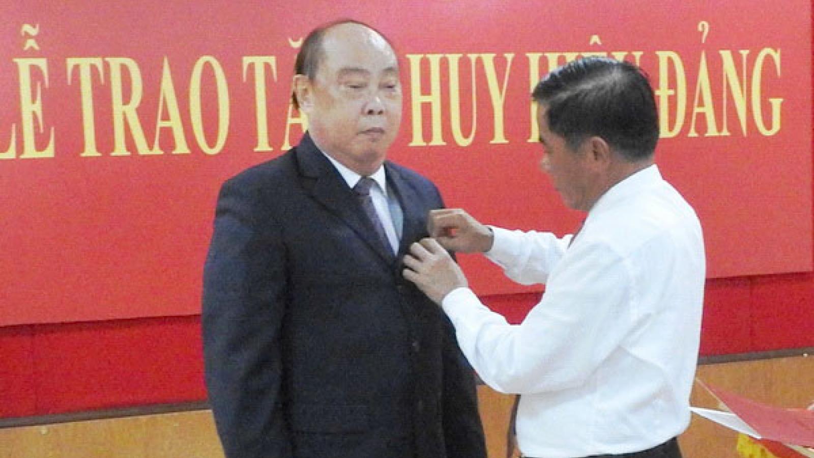 Trao huy hiệu 55 tuổi Đảng cho ông Nguyễn Văn Chi