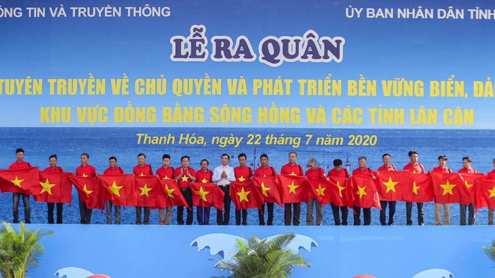 Trao tặng 2000 lá cờ Tổ quốc cho ngư dân Thanh Hóa