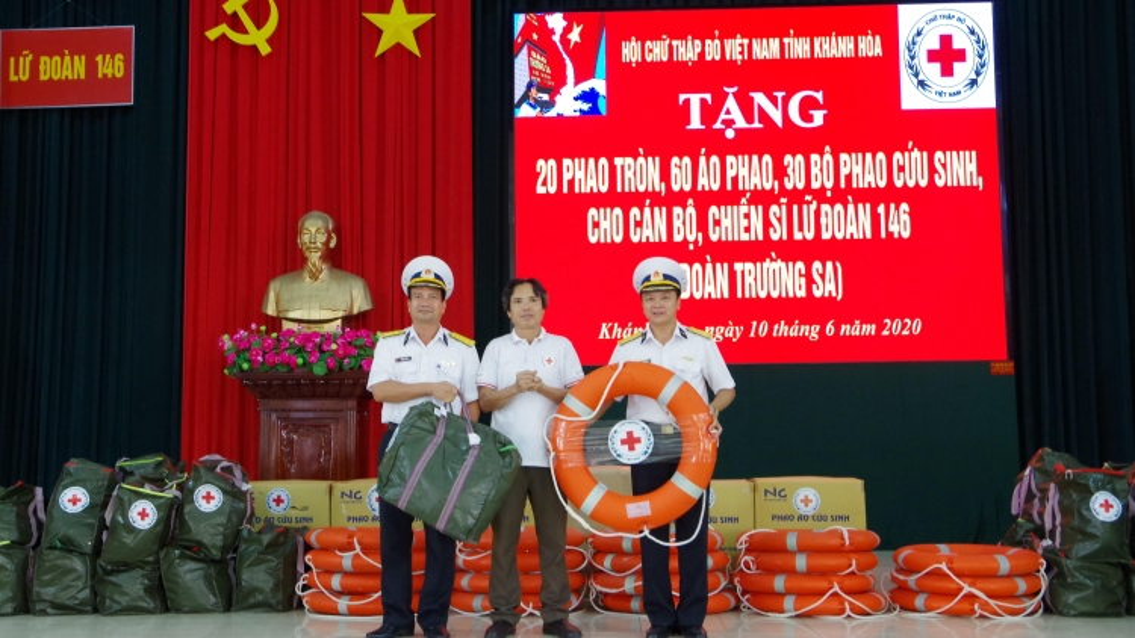 Hội Chữ thập đỏ tỉnh Khánh Hoà tặng áo phao cho quân dân Trường Sa