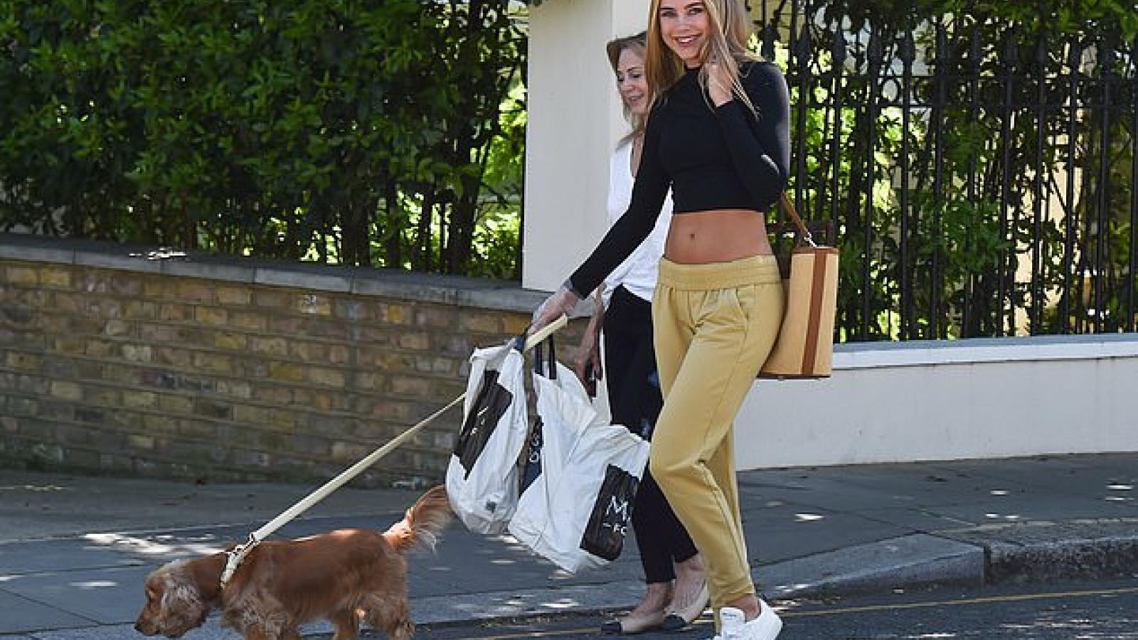 Kimberley Garner khoe eo thon khi dạo phố cùng cún cưng