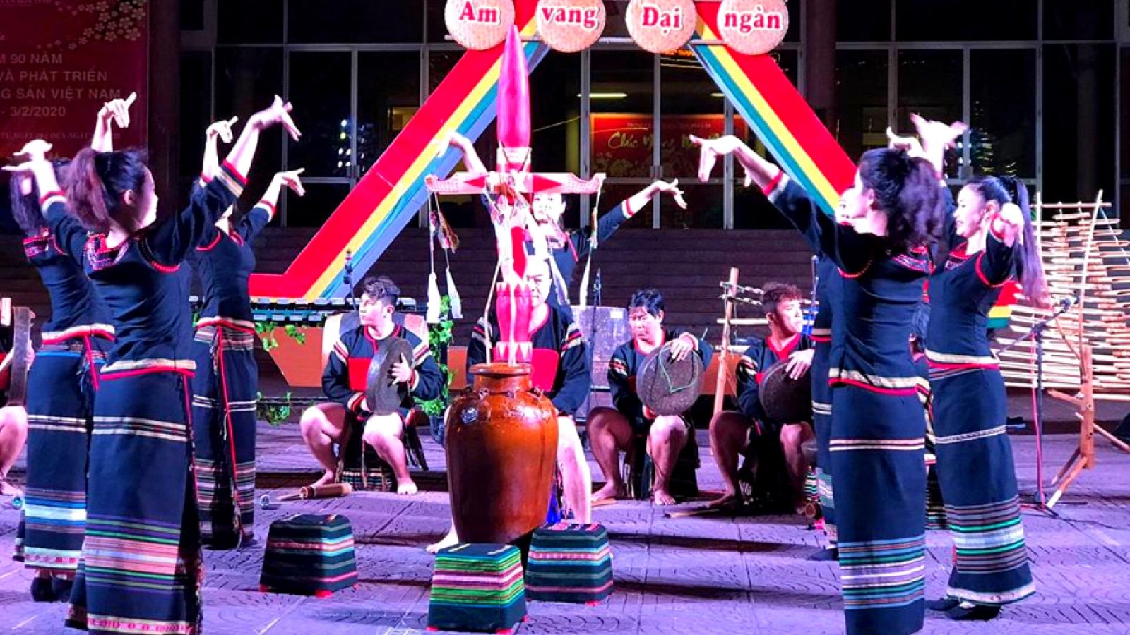 Biểu diễn văn hóa cồng chiêng tại phố đi bộ ở Hà Nội và TP.HCM