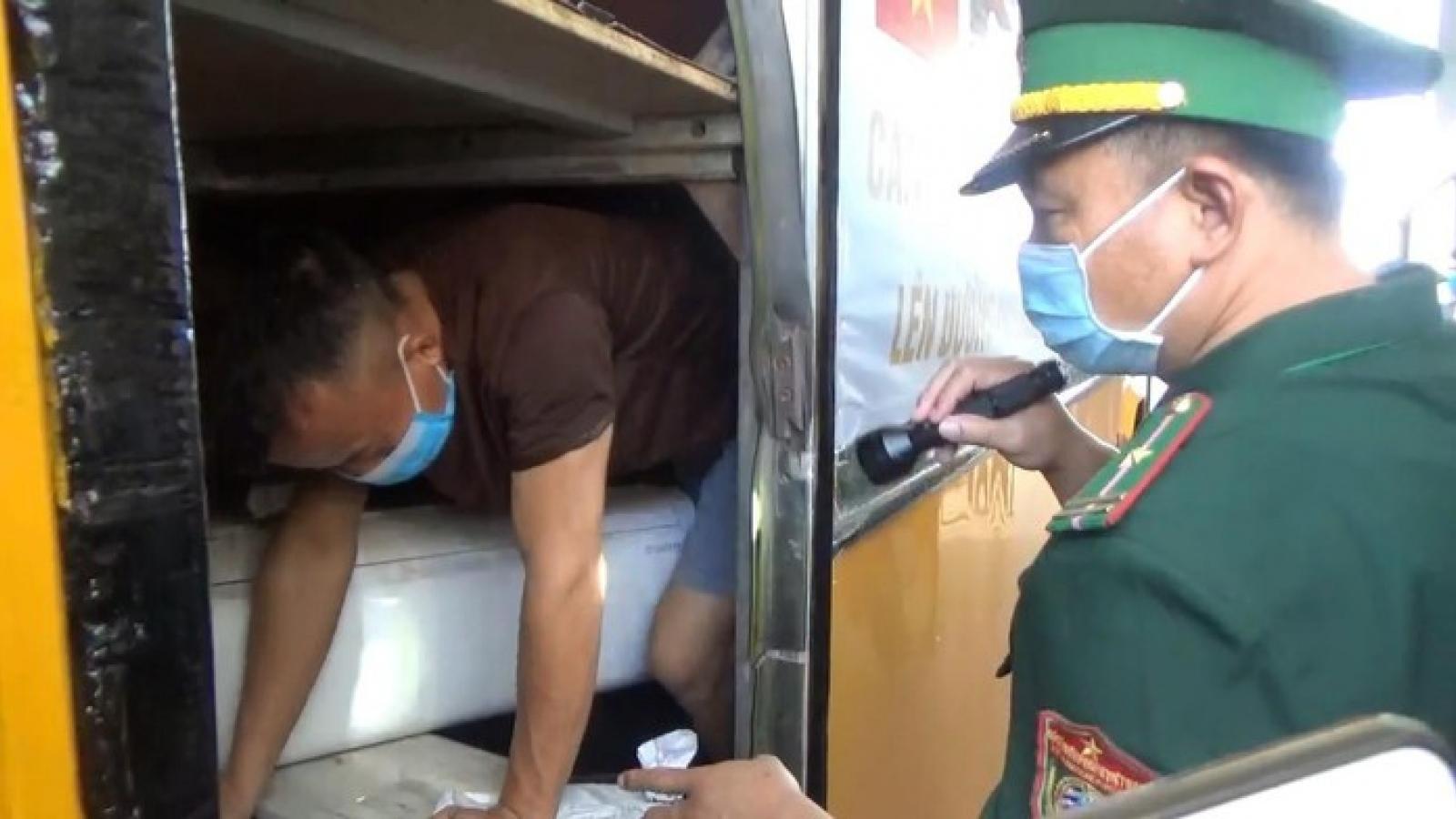 Chui hầm xe khách để trốn cách ly y tế khi nhập cảnh từ Lào về Việt Nam