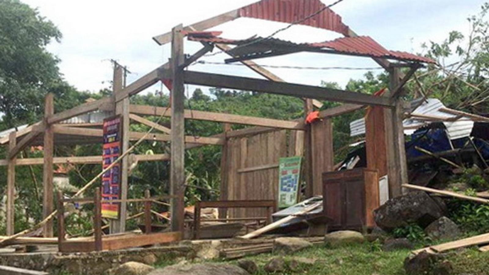 Lốc xoáy làm 2 người bị thương, nhiều nhà dân bị tốc mái ở Quảng Bình