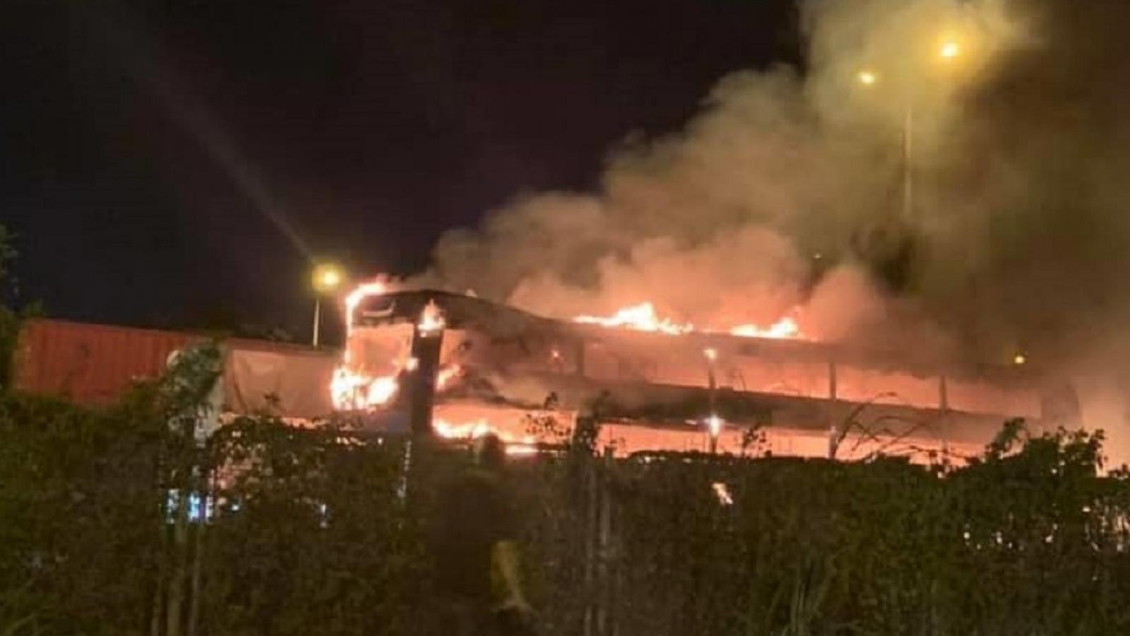 Ô tô khách giường nằm bốc cháy trơ khung trên đường Vành đai 3 Hà Nội