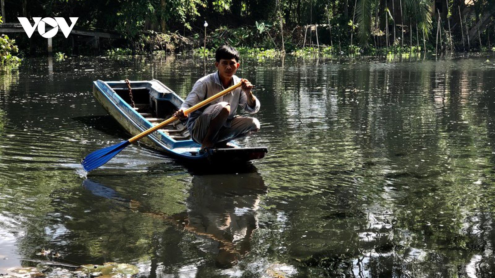 Nước sông ở Thị xã Long Mỹ (Hậu Giang) đen ngòm, bốc mùi hôi thối