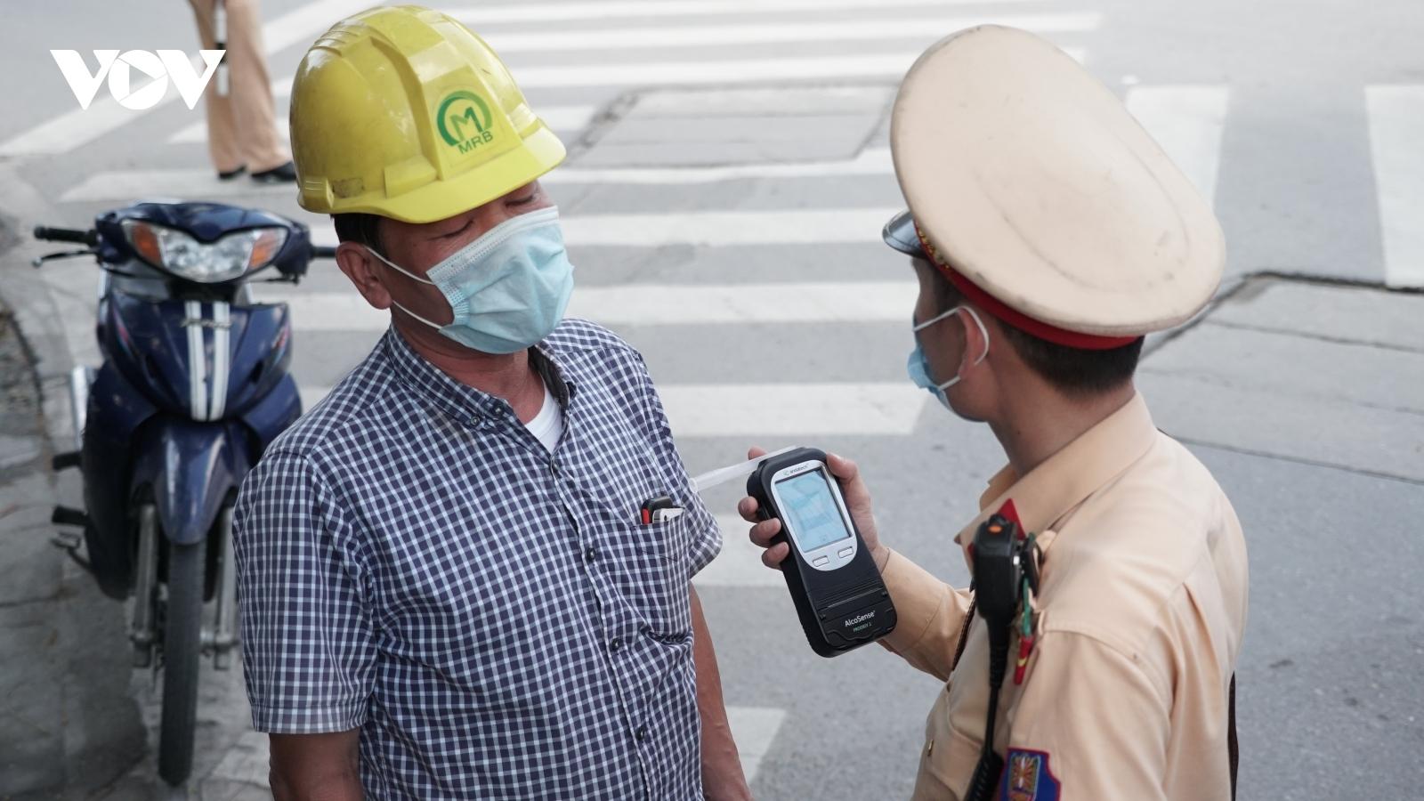 Lái xe say rượu, xin xỏ khi bị CSGT yêu cầu thổi nồng độ cồn trên đường ở Hà Nội