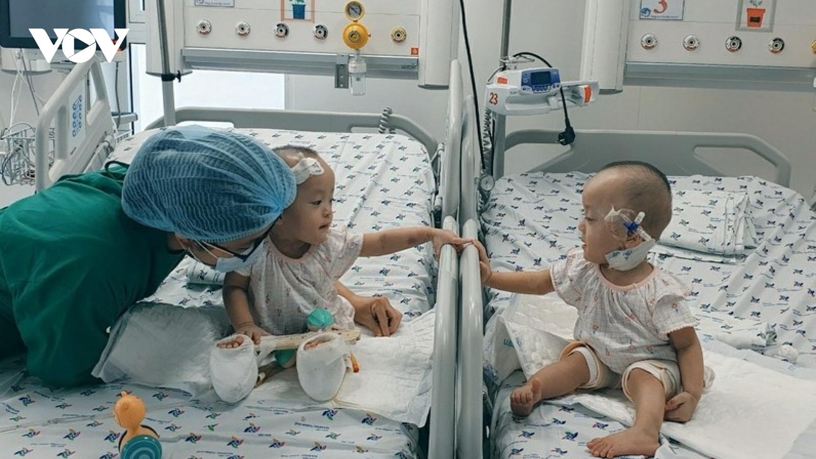 Hai bé Trúc Nhi – Diệu Nhi được xích lại gần, chơi đùa cùng nhau