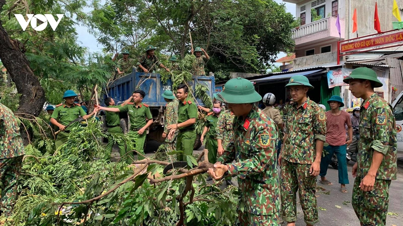 """Dọn dẹp cây xanh gãy đổ """"giải cứu"""" đường phố Huế sau bão số 5"""