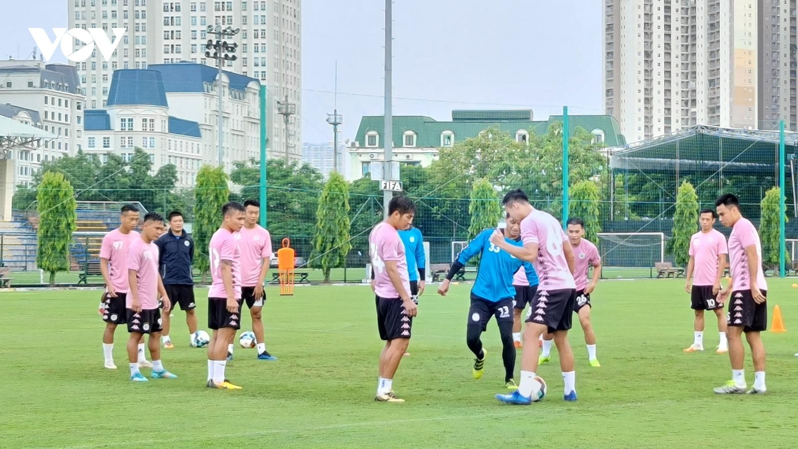 """Hà Nội FC """"đội mưa"""" tập luyện chuẩn bị quyết chiến với TPHCM"""