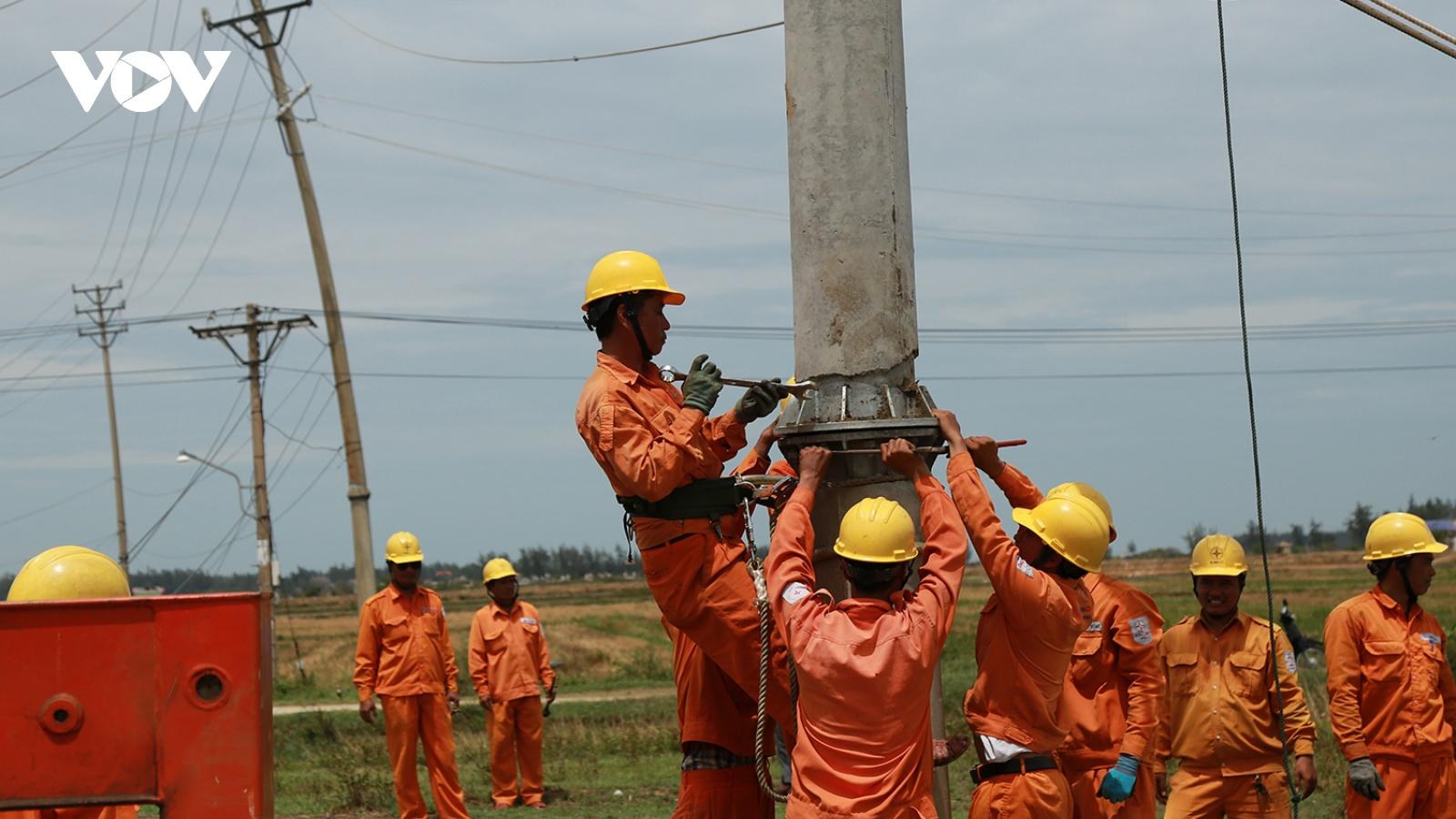 Dồn lực hỗ trợ Huế khắc phục sự cố điện sau bão số 5
