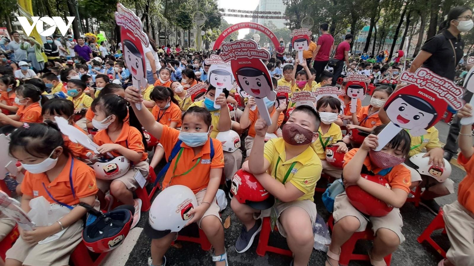 """Hơn 1.500 học sinh lớp 1 đi bộ vận động """"đội mũ bảo hiểm cho trẻ em"""""""