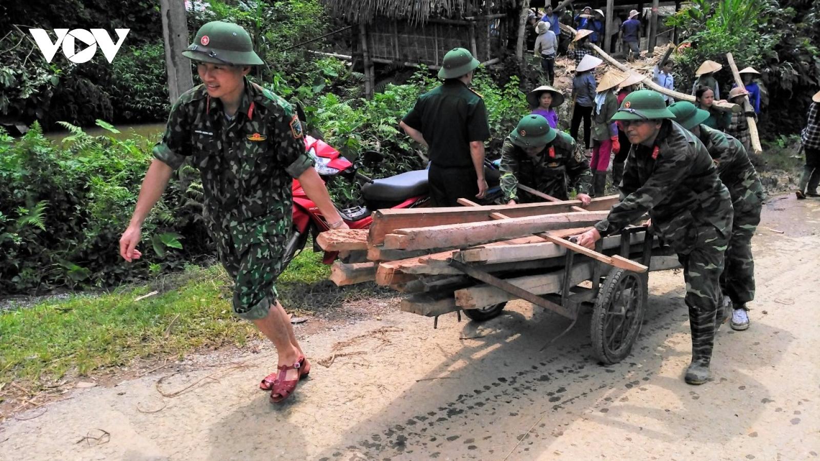 Quân dân Yên Bái chung sức hỗ trợ nhau vượt qua mùa mưa lũ