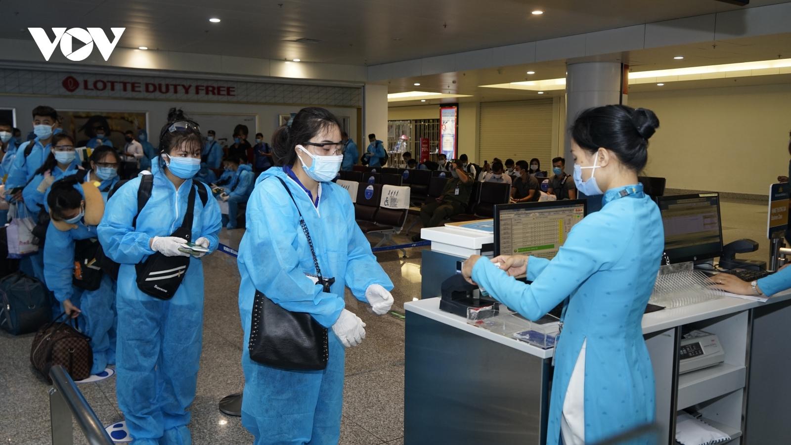 Ảnh: Khách lên chuyến bay thương mại quốc tế đầu tiên sang Nhật Bản sau dịch