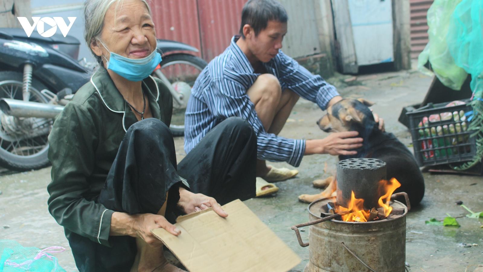 """Những người già trong """"khu ổ chuột"""" ở Hà Nội và gánh nặng mưu sinh"""