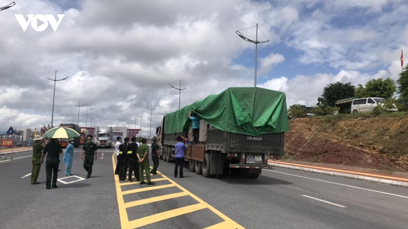 Quảng Ninh: Khám xét 2 xe container ngụy trang chở giấy cuộn có dấu hiệu nghi vấn