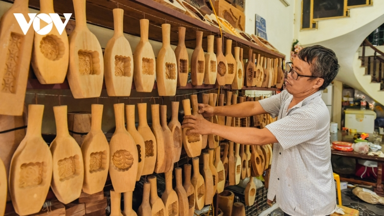 Hanoi family keeps tradition of making wooden mooncake moulds alive