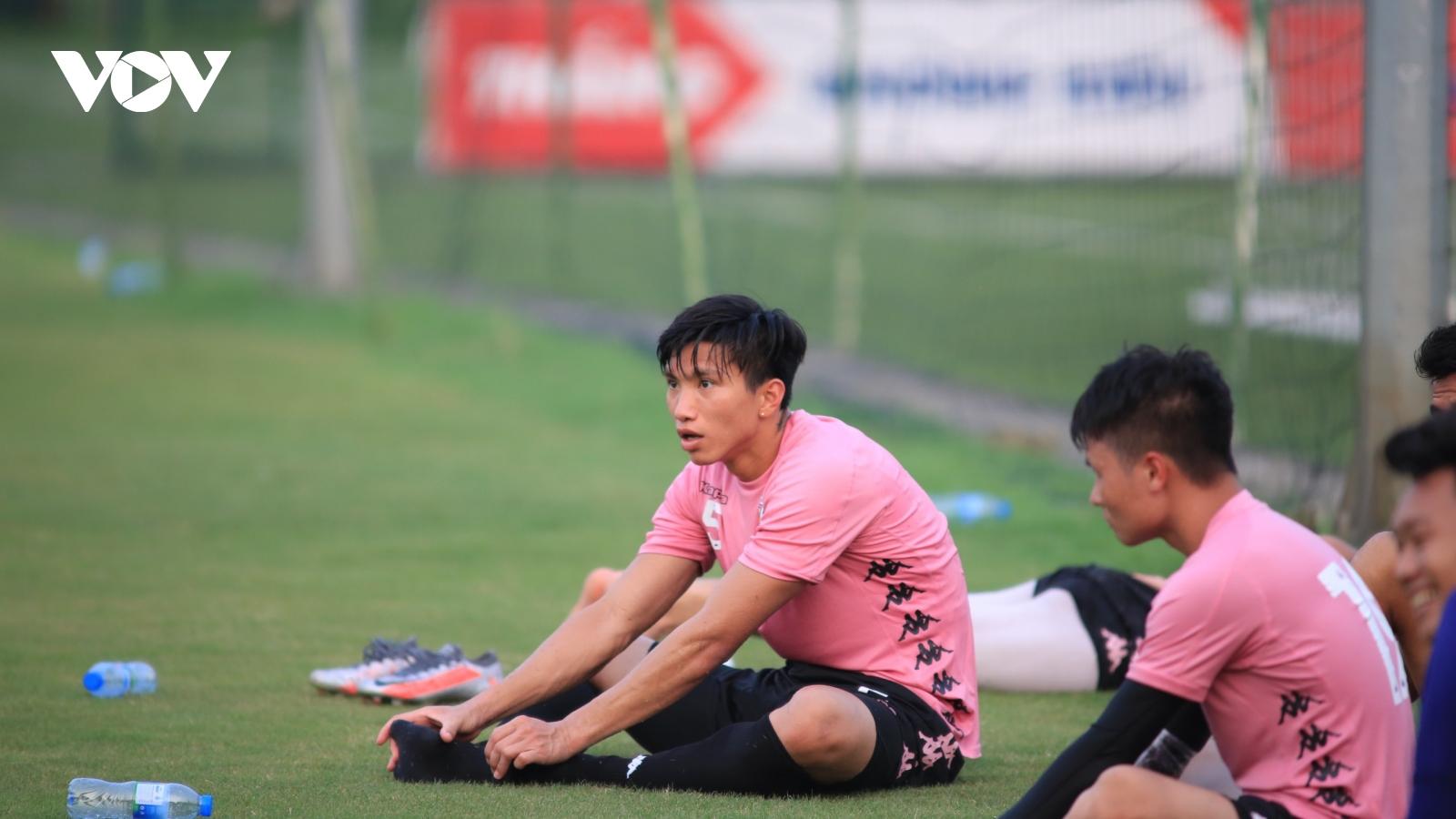 """Văn Hậu """"tái xuất"""" ở vị trí trung vệ giúp Hà Nội FC đả bại Viettel"""