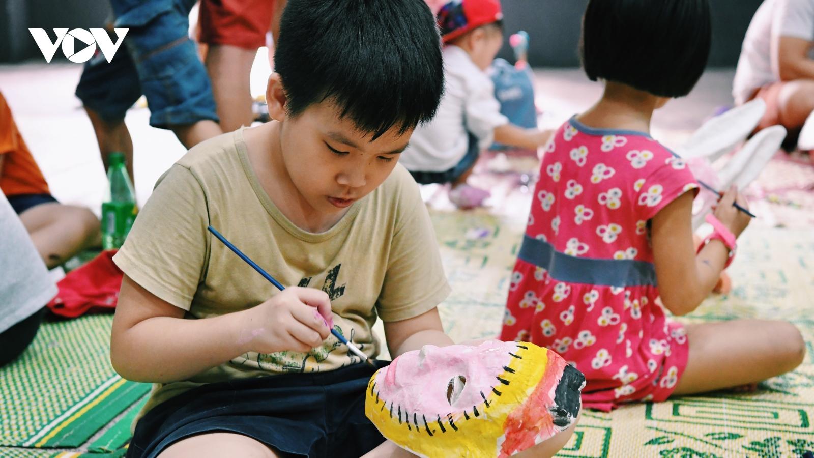 Các em nhỏ thích thú trải nghiệm làm đồ chơi Trung thu truyền thống
