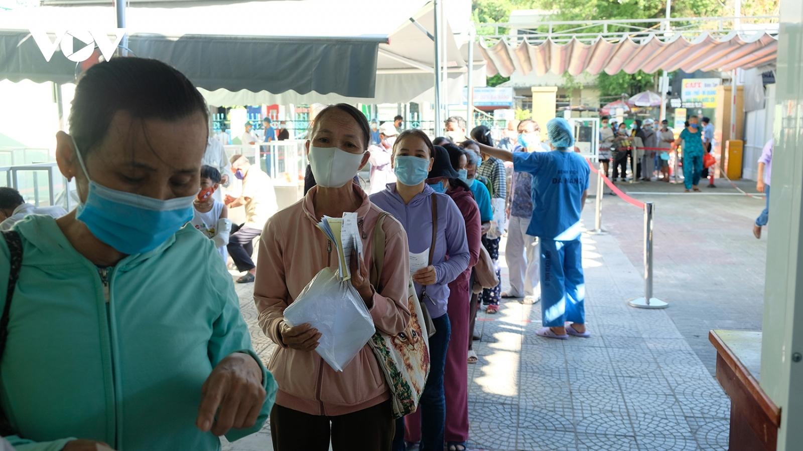 Rất đông người dân đến khám bệnh trong ngày Bệnh viện Đà Nẵng hoạt động trở lại