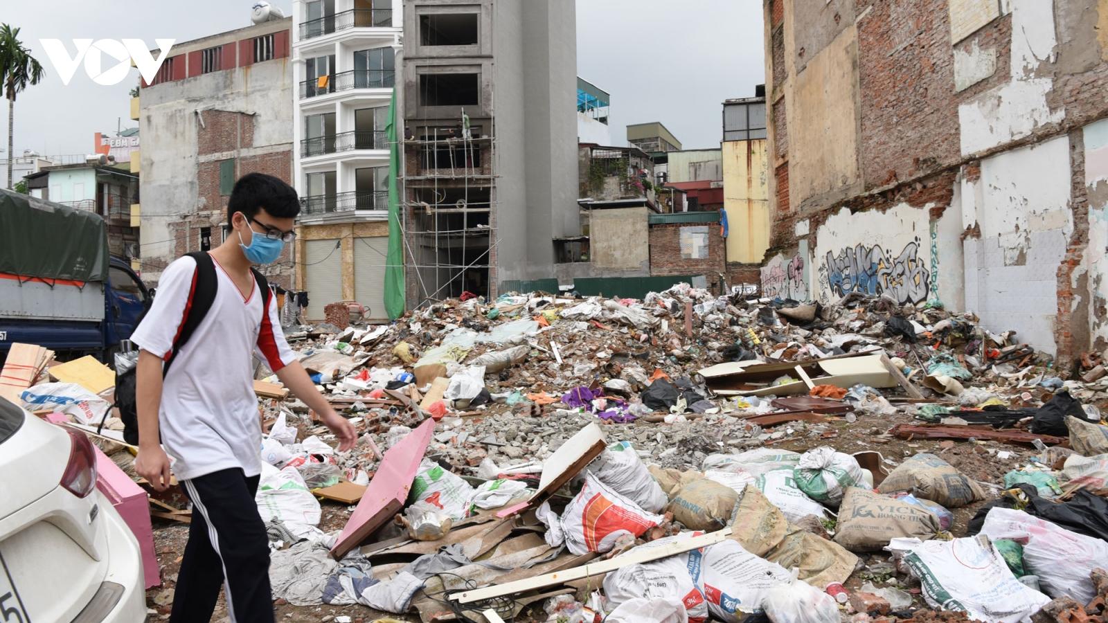 Rác thải ngập ngụa 2 bên đường Minh Khai - Đại La đang thi công