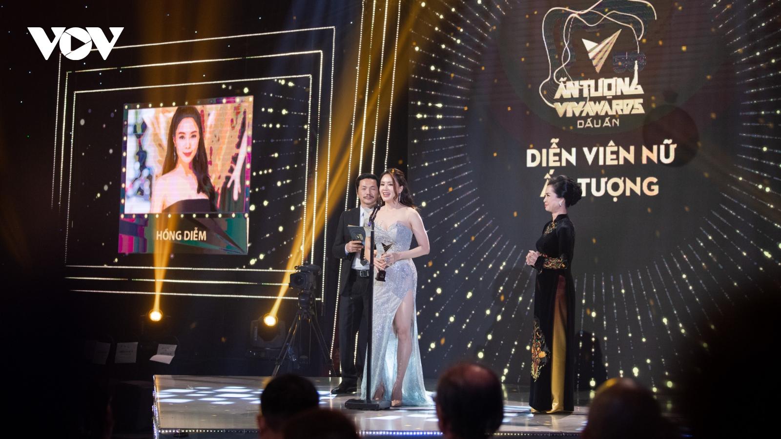 """Hồng Diễm cùng bộ phim """"Hoa hồng trên ngực trái"""" đại thắng tại VTV Awards 2020"""