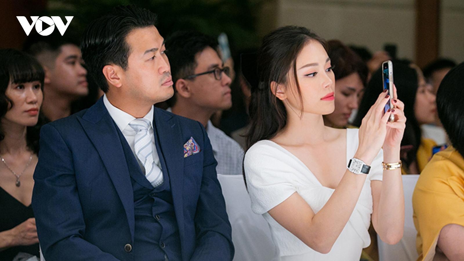 Chuyện showbiz: Linh Rin hạnh phúc bên Phillip Nguyễn, Đàm Thu Trang lộ mặt mộc sau sinh