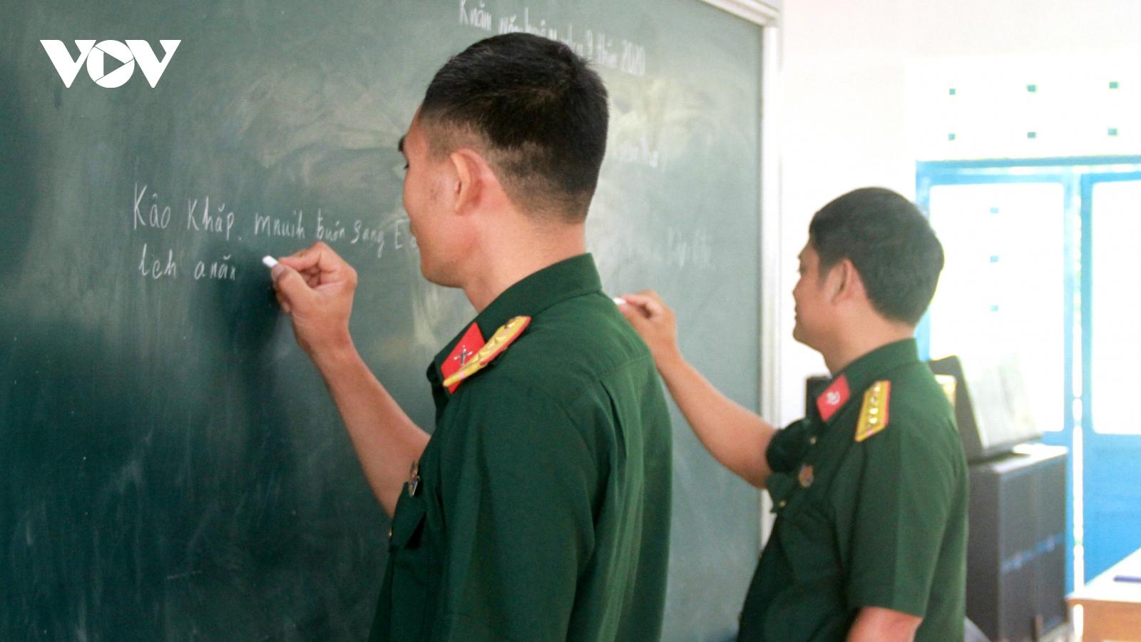 Bộ đội Đắk Lắk học tiếng Êđê để gần dân, hiểu dân hơn
