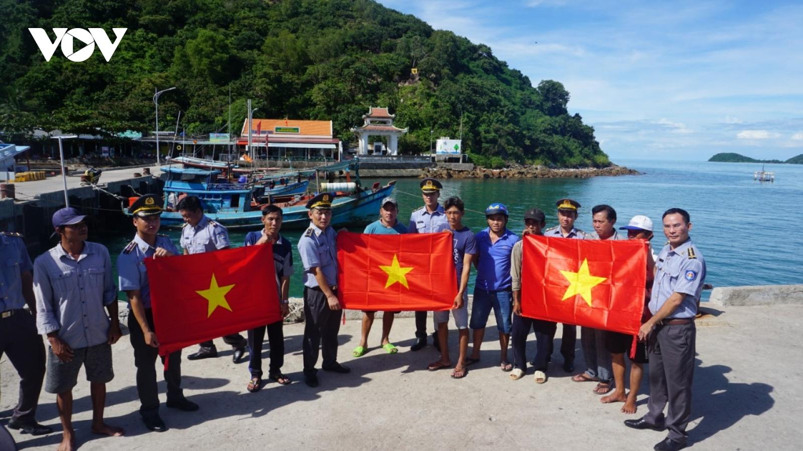 """Chương trình """"Một triệu lá cờ Tổ quốc cùng ngư dân bám biển tại Kiên Giang"""""""