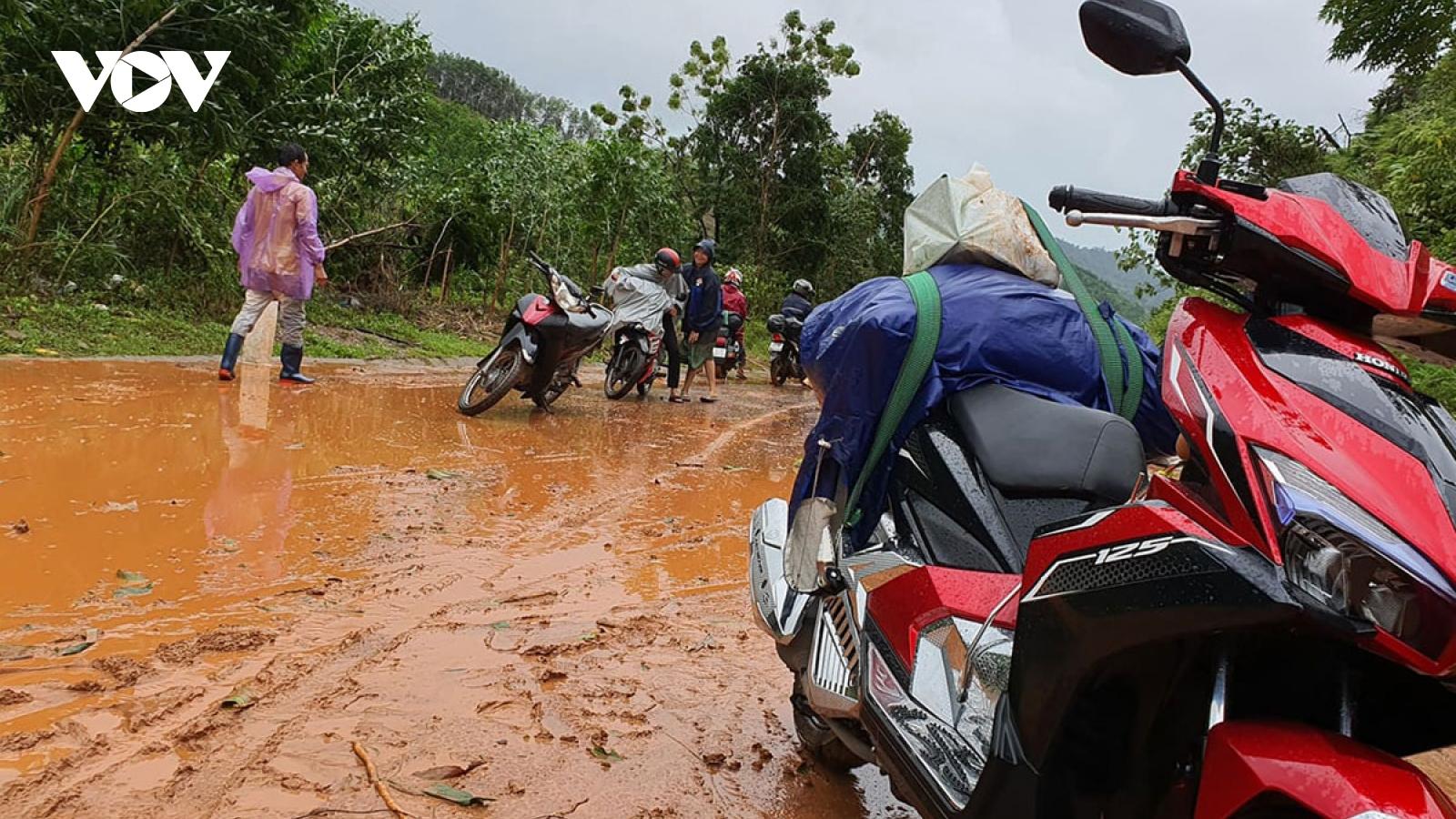Vợ chồng đang đi trên đường, người vợ bất ngờ bị nước lũ đổ về cuối trôi