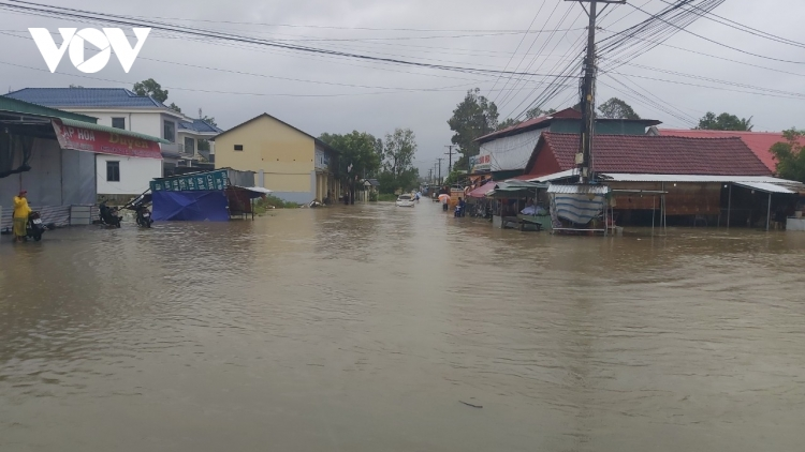 Kiên Giang: Sạt lở đê biển, đường ngập sâu trong nước