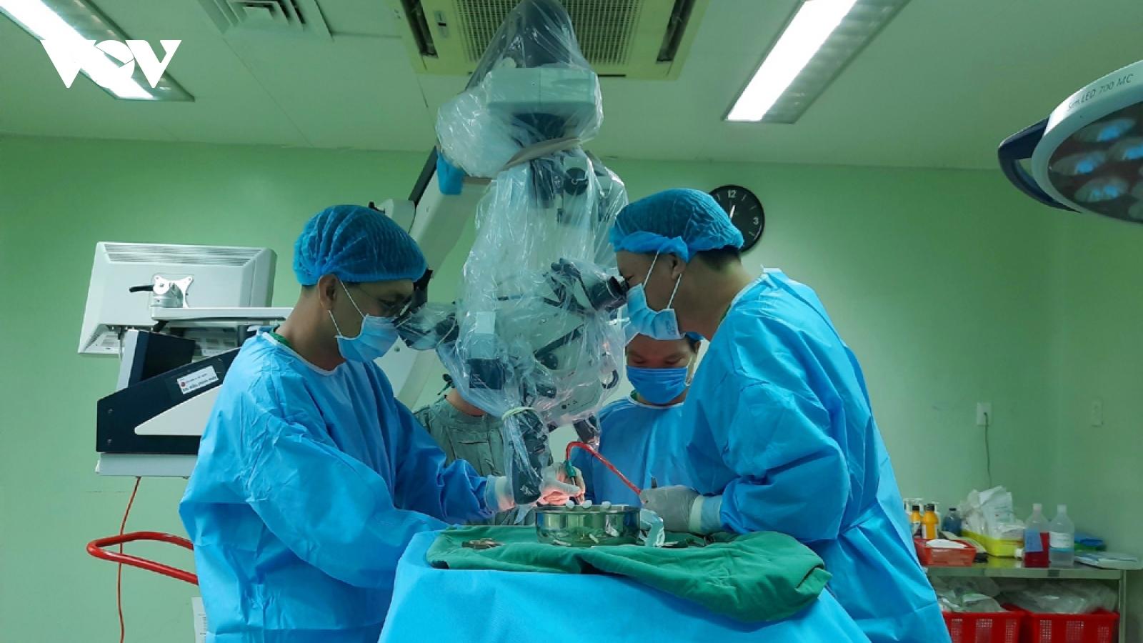 Phẫu thuật thành công cho bệnh nhân bị khối u màng não khổng lồ