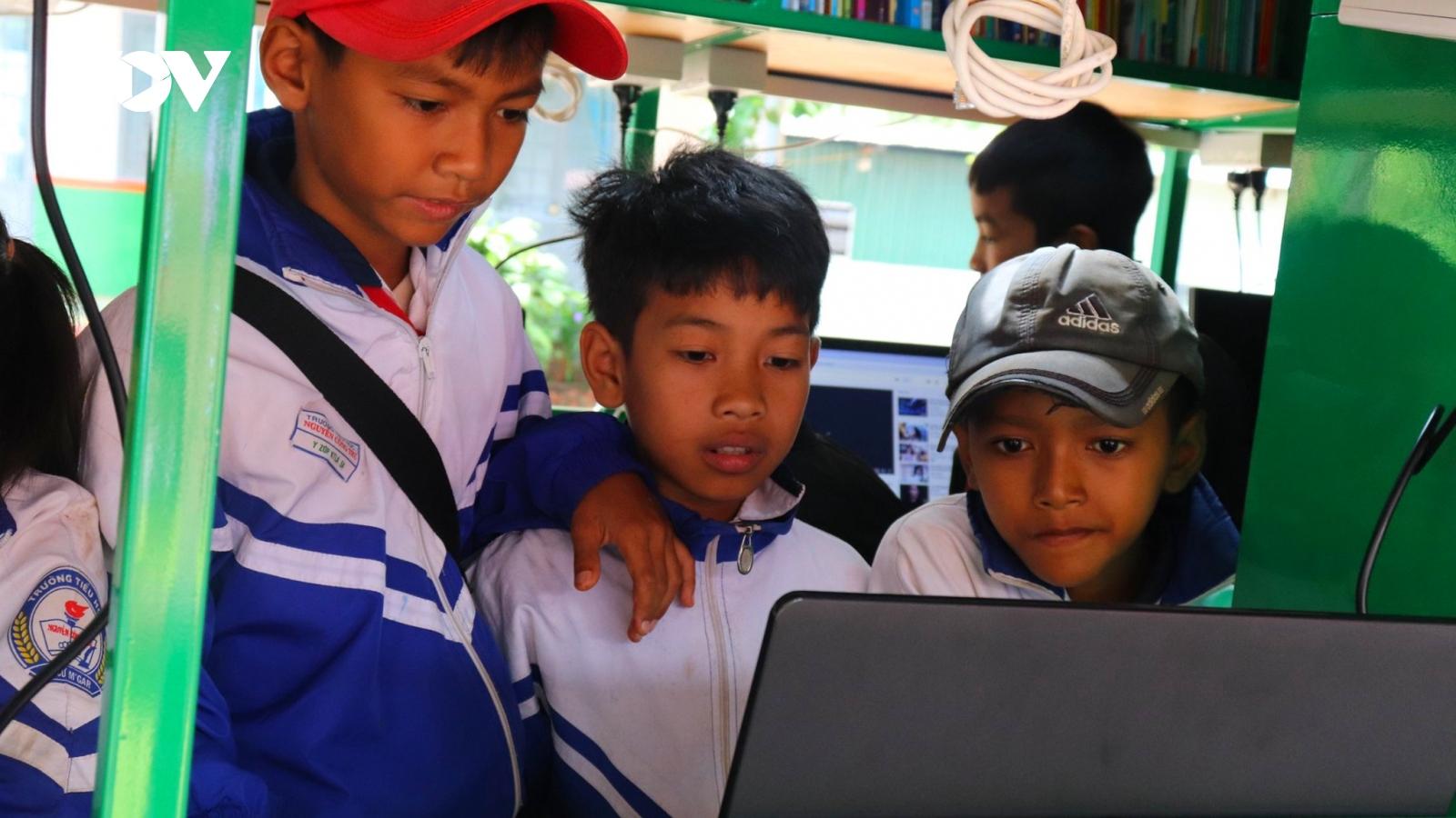 """Xe Thư viện lưu động đưa """"Ánh sáng tri thức"""" về buôn làng Đắk Lắk"""
